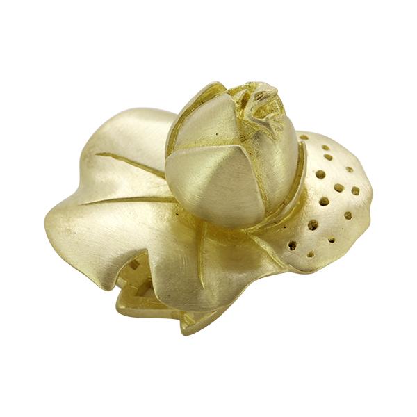 蓮の蕾をモチーフに 立体的な帯留めに仕立てました 花からひょっこりと顔をのぞかせる小さな蛙がアクセントです 帯留 ●日本正規品● おびどめ 帯飾り 真鍮 ブラス 金魚 おしゃれ 浴衣 超人気 専門店 きもの 普段着 着物 隠れ蛙帯留め-蓮蕾 小紋