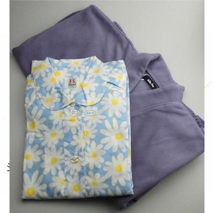 婦人用 袖とズボン裾にファスナーが付いたソフトケアパジャマとフリース肩掛け パープル