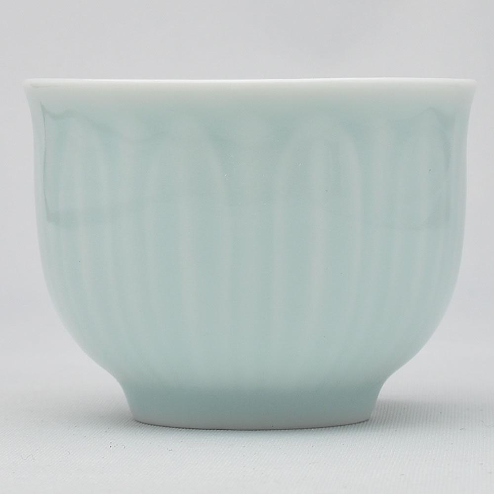 捧呈 返品交換不可 蓮の花びらに見立てた模様が浮かぶ弟窯粉青 青磁の品茗杯 青磁の中国茶器 蓮弁茶杯 70ml 満水100ml 弟粉