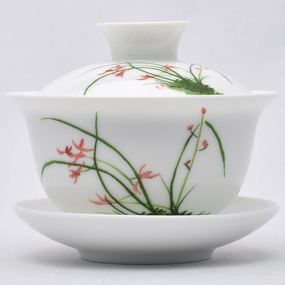 普段使いにも便利な、蘭の花の図柄の彩磁の蓋碗です。 彩磁蓋碗(春蘭)100ml(満水150ml)