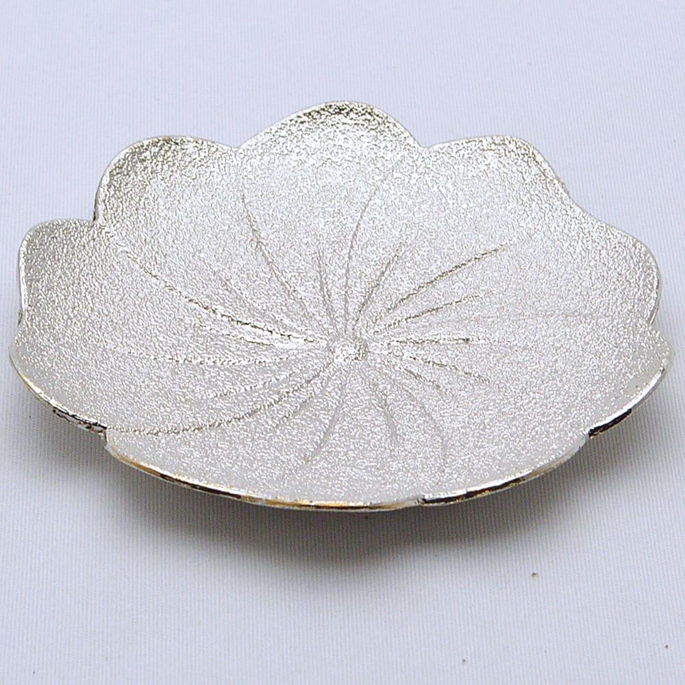 錫合金のややマットでありつつキラキラした梅花の形の茶托です。 梅花錫茶托 長径90mm×高13mm