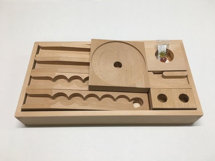 【50ミリ基尺】 ビー玉ころがしレールセット人気のうずまきボード入り 50-7の半分の箱に入ったレールセット