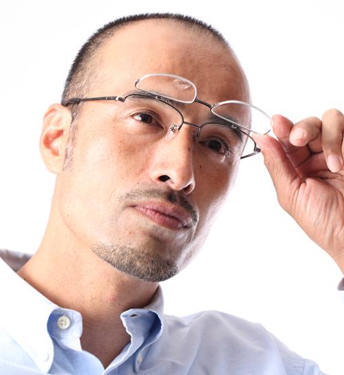 ハネ上げタイプシニアグラス(老眼鏡)国産チタン使用[全額返金保証]跳ね上げ式老眼鏡 ハネアゲ