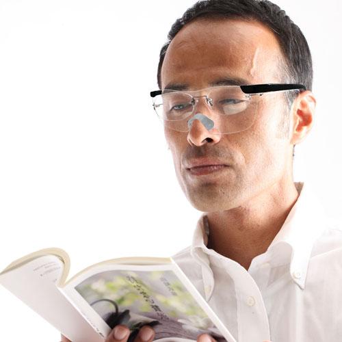 被在从无放大镜眼镜手工玻璃杯放大镜(黑色)1.6倍率、眼镜放大镜·眼镜型放大镜·眼镜式放大镜,眼镜的上边挂的放大镜眼镜
