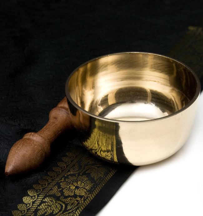 シンギングボール いつでも送料無料 ネパール 楽器 打楽器 民族楽器 シンギングボウルの工房にティラキタ買い付け班が赴き 実際の製作工程を見てきましたのでぜひ合わせてお楽しみください シ シンプルシンギングボウル インド楽器 仏教 約10.3cm 卸売り ヒーリング楽器 エスニック楽器 Bowl Singing 瞑想