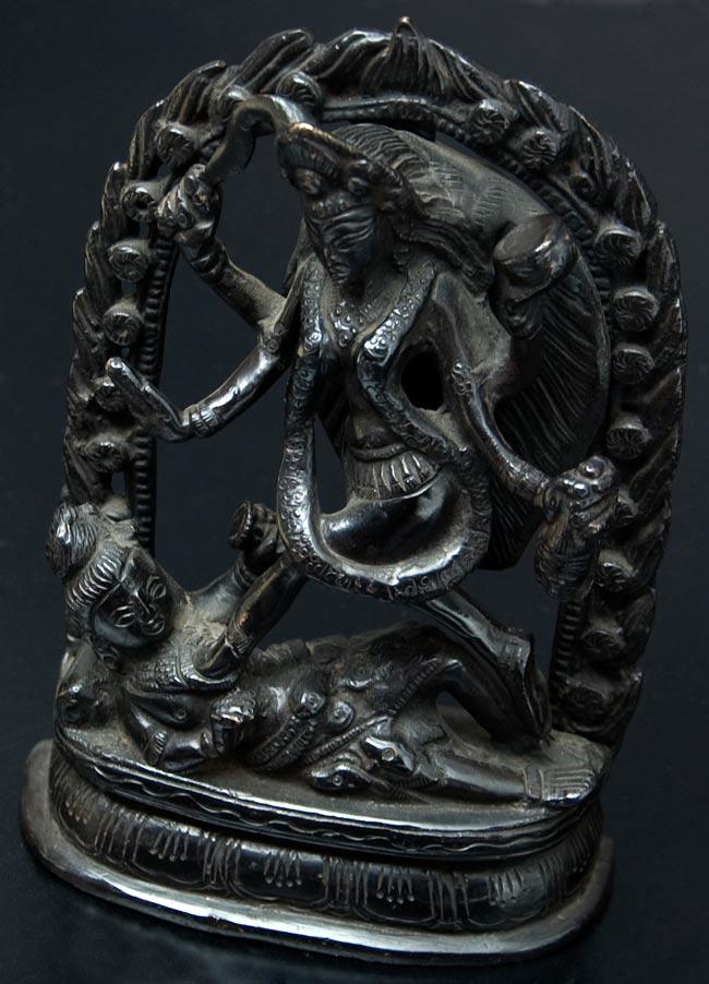 【送料無料】 シヴァ神の腹の上で踊るカーリー 18cm / シヴァ像 神様像 インド 置物 エスニック アジア 雑貨
