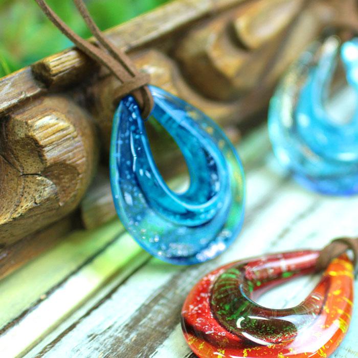透明感のある綺麗なガラス製ネックレス ネックレス 首飾り 爆安 アクセサリー レディース おしゃれ かわいい ドロップ しずく 金属アレルギー対応 紐 TITICACA グリーン ドロップガラスヒモネックレス 贈り物 プレゼント ギフト zescbc8661 チチカカ エスニック レッド ブルー