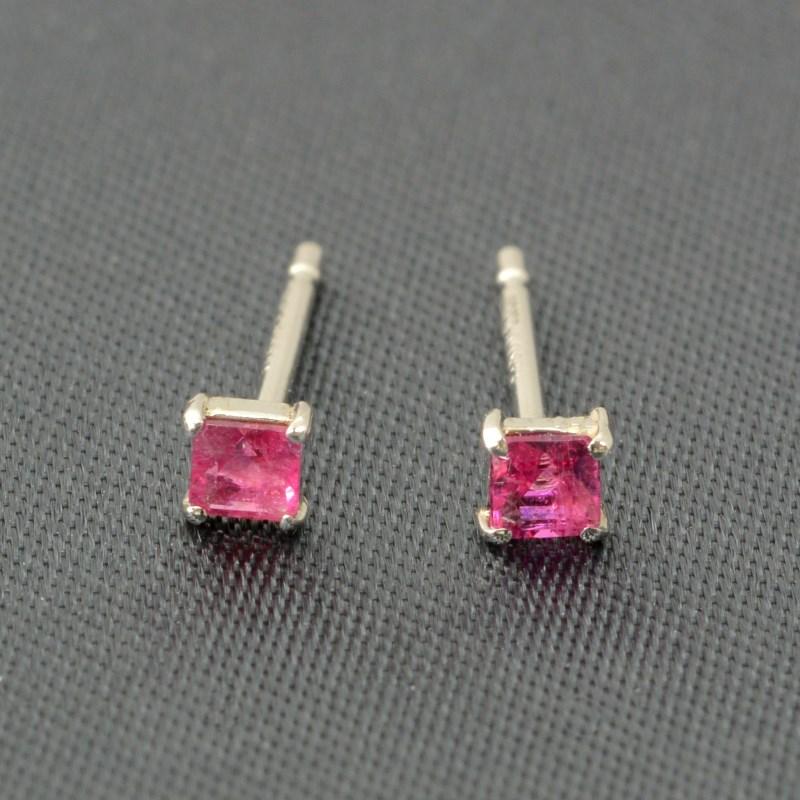 超希少 Pt900 レッドエメラルド ピアス(0.099ct) レッドベリル 最もレアな宝石です 希少石  エメラルドピアス レッドエメラルド プラチナ ビクスバイト