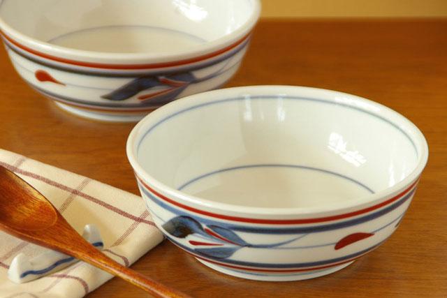 この鉢ひとつであらゆる料理に対応できる大活躍の中鉢 なめらかな白磁に藍色と赤のコントラストがすっきりと美しい 永遠の定番モデル 砥部焼 4.7寸 人気ショップが最安値挑戦 梅山窯 みつ葉の多用鉢