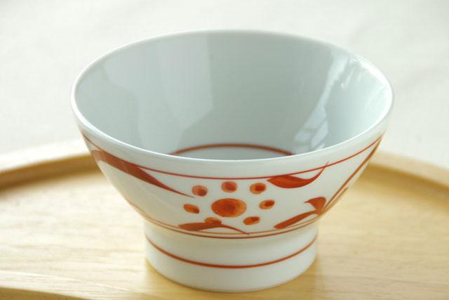 人気の太陽柄の赤絵のみの小ぶりの茶碗 爆安プライス ひとふでひとふで描かれた丁寧な筆使い 砥部焼 記念日 梅山窯 小 赤太陽の茶碗