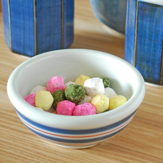 お料理や使うシーンによって藍色と赤のラインが和風にもポップな印象にも 漬物に煮物にデザートに と 訳あり品送料無料 とても重宝する小鉢です 梅山窯 3寸 返品交換不可 砥部焼 あい赤ラインの玉ぶち鉢