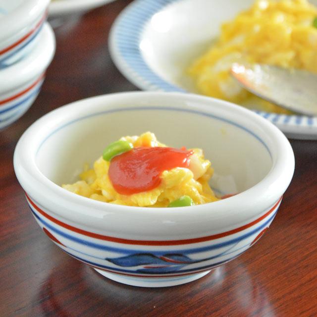 なめらかな白磁に映える赤と藍色のコントラストがきれいな小鉢 料理がきりりと美しく引き立ちます 毎日食卓に登場するほど使い勝手のいい器です 砥部焼 現金特価 3寸 梅山窯 2020 みつ葉の玉ぶち鉢