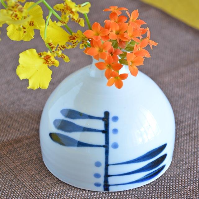 羽根をモチーフにした文様がお洒落な花器 オンラインショッピング なめらかな白磁が引き立つ美しいフォルム 安定感ある形だから食卓にもおすすめ 売却 岡田陶房 砥部焼 羽根文の一輪挿し