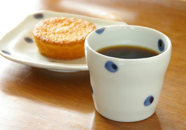 コーヒーに氷たっぷりのお茶に やさしい手描きの柄で心やすらぎます 砥部焼 贈物 梅乃瀬窯 水玉もようのフリーカップ 現品
