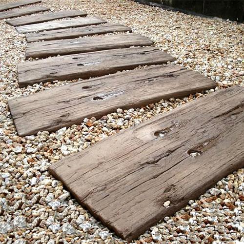 【腐らない本格派の枕木】ブラッドストーン社製 ログ・スリーパー25枚セット(600mm)【英国製/コンクリート/枕木】(※メインの商品画像は湿った状態での撮影のため、乾燥状態と色調が異なります。新品状態は詳細画面でご確認いただけます。)