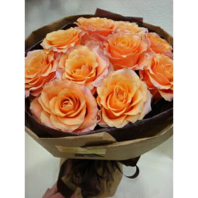 ジャパンフラワーセレクションで2010-2011年最優秀賞を受賞したカルピディーム+。オレンジ色にピンクの色味が入り、花びらがフリフリしているのがこのバラの特徴です。 珍しい 豪華!カルピディーム10本のローズブーケ ギフト 花束 プレゼント バレインタイン