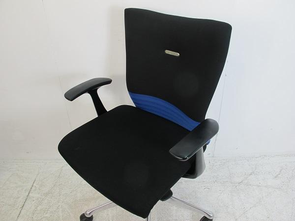 オカムラ フィーゴチェア シームレスタイプ ミドルバック デザインアーム ブルー