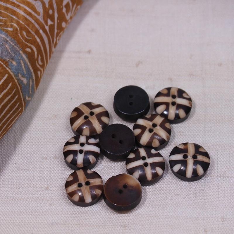 クリックポスト発送 送料無料 水牛の角のボタン 10個入 E-0049 ボタン 水牛 角 手作り ビーズ krabi 手芸 ハンドメイド エスニック ついに再販開始 出色 パーツ クラビ