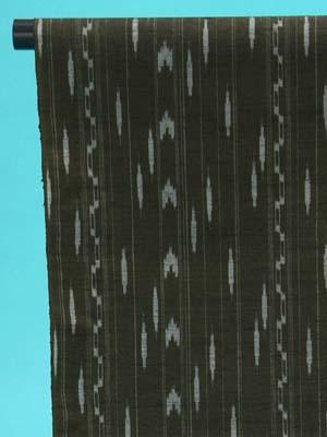 送料無料 訳あり 十日町紬 反物(正絹) 深みのある緑地に琉球絣風の柄 店舗キャリー在庫 カジュアル お稽古 ショッピング ランチ 着付け教室 たんもの 着尺