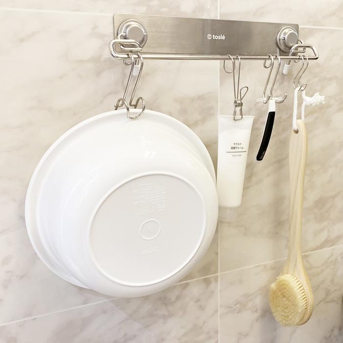 ハンガーにフックを掛けて浴室の桶やイスは、床置き知らず