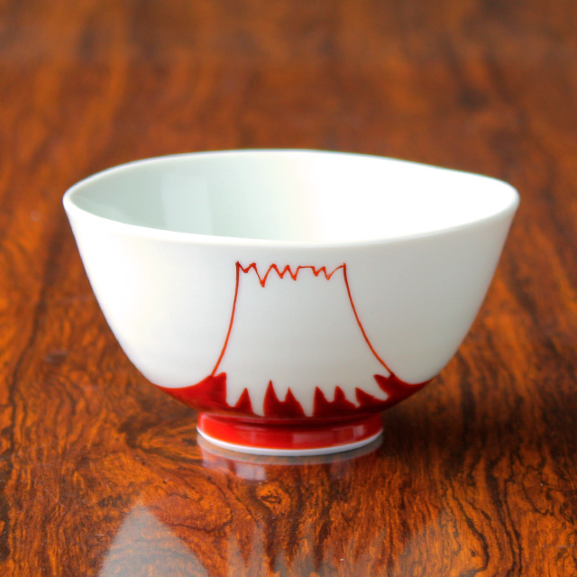 入手困難 渕がゆるゆるとした表情ある形のお茶碗 薄手でかるく持ちやすい作りです 日本の象徴ともいえる 富士山 のモチーフは贈り物としてもおすすめです 引き出物 波佐見焼 磁器 陶房青 飯碗 赤富士山 上質な器 普段使いの食器
