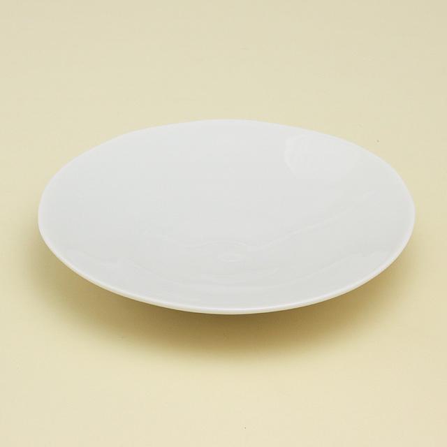もっていると何かと重宝する白いお皿 とろんとやさしい白磁のシリーズ 白亜のシンプルな丸皿は ゆたっりとしたなだらかな立ち上がりです 波佐見焼 大好評です 陶房青 最安値挑戦 五寸皿 白亜 白磁 普段使いの食器 磁器 上質な器
