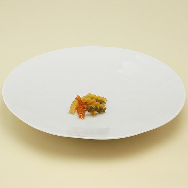 白い器はもっていると何かと重宝するすぐれもの ゆったりとしたなだらかな立ち上がりのシンプルな丸皿は もちろん重ねて収納もOK とろんとやさしい白磁のシリーズ白亜から 波佐見焼 陶房青 白亜 商い 普段使いの食器 白磁 八寸皿 上質な器 磁器 毎日続々入荷