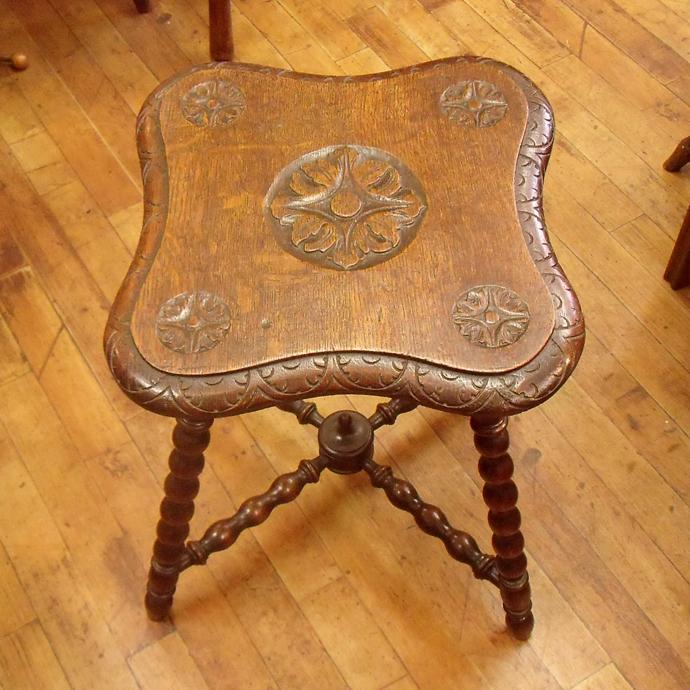 ◆アンティーク家具・雑貨 スツール 彫りと脚部の装飾が美しい 木製/いす/テーブル