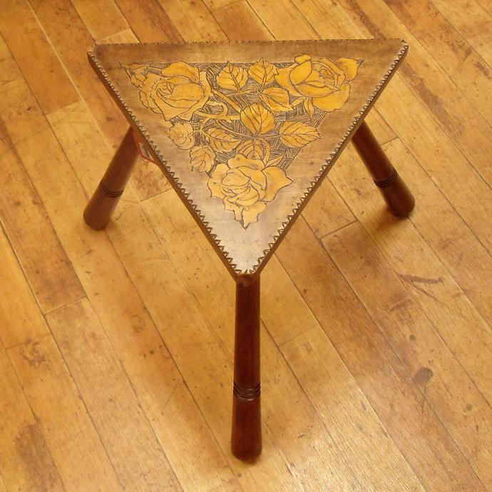 ◆アンティーク家具・雑貨 スツール バラの彫りが美しい 三角形 無垢材 1900年頃/いす/テーブル