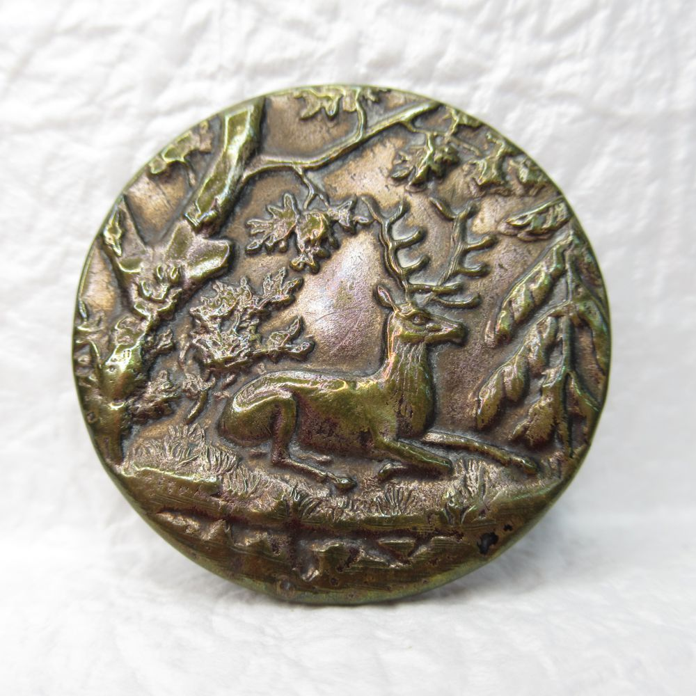 アンティーク裁縫 ソーイング ボタン メタル 注目ブランド 表面部はブラス 森 シカ 有名な ヴィクトリア時代 裏から打ち出し