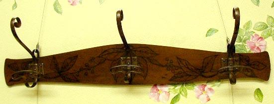 アンティーク お洒落な植物の彫りが入った壁掛け木製ハンガー