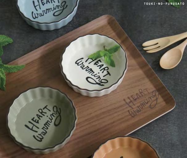 高級な 手描き風のシンプルな英字がお洒落なタルト皿 手の平サイズでとっても可愛いですよ タルトだけじゃない 数量限定アウトレット最安価格 サラダやフルーツ 一品料理にも \スーパーセール限定クーポン有 HEART warmingタルトプレートS 全5カラー 直径10.5cm 耐熱皿 trysケ 横文字 丸型 ミニグラタン皿 北欧風 クラシカル タルト専用皿 ギフト 日本製 専用BOX入り 磁器