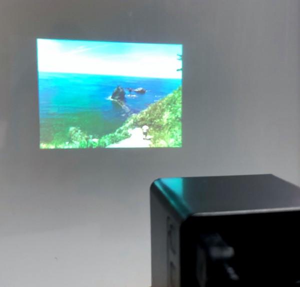 ポータブル マイクロプロジェクター 日本語説明書付き miniプロジェクター ミニプロジェクター 小型プロジェクター プロジェクター 小型 ミニ コンパクト TFカード USB WiFi 接続OK ホームシアター スライドショー 動画 DVD鑑賞など