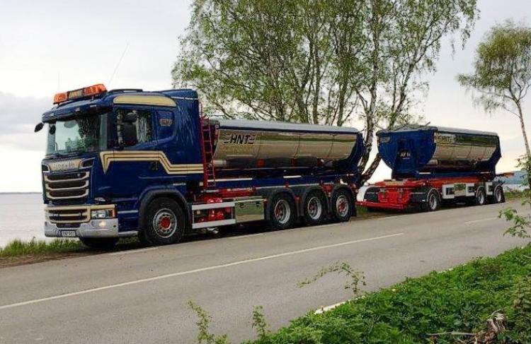 【予約】8-10月以降発売予定Nilssons, Hasse Scania R-Streamline asphalt tipper combiトラック/建設機械模型 工事車両 Tekno 1/50 ミニチュア