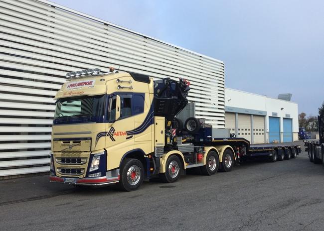 【予約】10-12月以降発売予定Autaa Volvoボルボ FH4 Globetrotter Semi Lowloader 4 axleトラック 建設機械模型 工事車両 WSI 1/50 ミニチュア