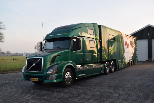 【予約】10-12月以降発売予定Kawe Runaway Deere Volvoボルボ VN 780 Box Trailer 3軸トラック 建設機械模型 工事車両 WSI 1/50 ミニチュア
