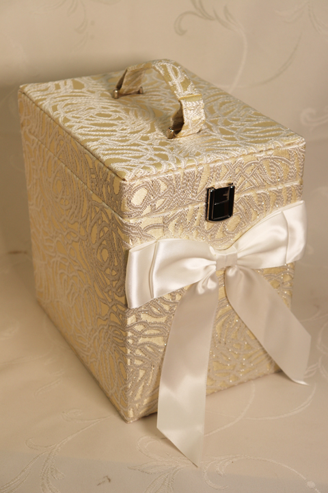 高級感のあるコスメティックボックスです 出色 メイクボックス アクアフラワー パールホワイトローズ 化粧箱 コスメボックス おしゃれ 布製 プレゼント 女性 エレガント ギフト 期間限定 お誕生日プレゼントクリスマス 高級感 敬老