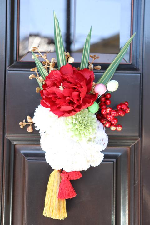 ピオニーとタッセルが印象的な和テイストの壁飾りです 正月飾り 70%OFFアウトレット ピオニーと菊の壁飾り 南天 おめでた飾り 飾り アウトレット
