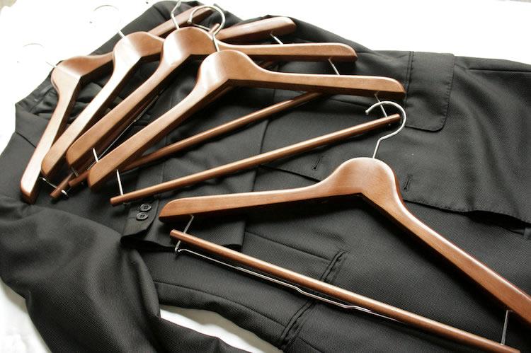 厚み25mm高級木製ハンガー天然木 高級テーラーで使われるスーツ用のハンガーでジャケット型崩れ防止 高級木製ハンガー天然木(オーク・ブラウン)1本 高級テーラーで使われるスーツ用のハンガーでジャケット型崩れ防止