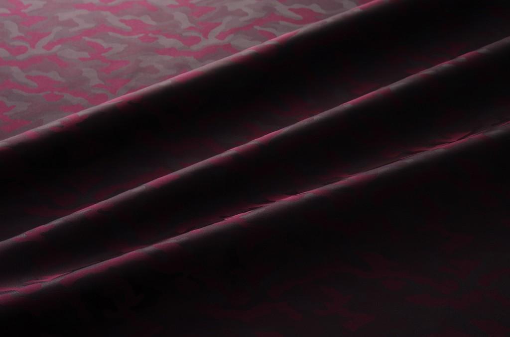 紳士用の裏地、高密度で今までと柄の出方が違いキュプラ100%で蒸れにくい最高級品質。 高級オーダースーツで使われる裏地 【メール便送料無料】9301(カラー60ワイン)カモフラージュ柄高級ジャガード裏地(高密度,キュプラ100%,ふじやま織)【宅配便は480円】 国内生産 老舗テーラーが使う高級スーツ用裏地 ハリコシ滑りが違います