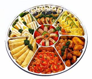 [業務用]サークルトレイ FP-8 シルバー 透明蓋付きセット使い捨てのオードブル皿 大皿のオードブル容器(丸型)で仕切りがあり惣菜や食材が引き立ちます。 【送料無料】【メーカー直送】【業務用】サークルトレイ FP-8 シルバー透明蓋付きセット100枚入り使い捨てのオードブル皿大皿のオードブル容器で仕切りがあり(皿/プレート/取り皿/オーバル皿/エコ皿/オードブル皿使い切り/丸型/福助の容器)