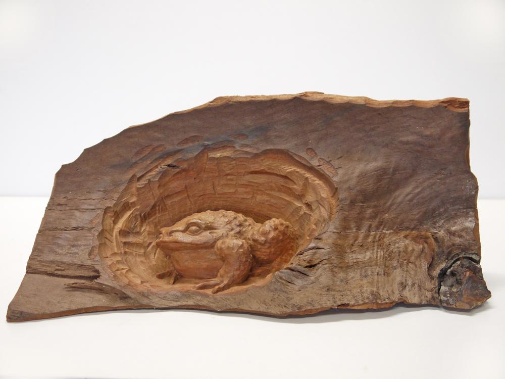~木彫り かえる~一刀彫 / 素材:赤楠