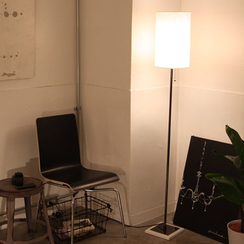 【送料無料】 小さなスペースにも置けるスリムタイプの照明。 ほんわりとした和やかな灯りで、寝室の照明としてもおすすめ。 フロアスタンド フロアランプ デザイン照明