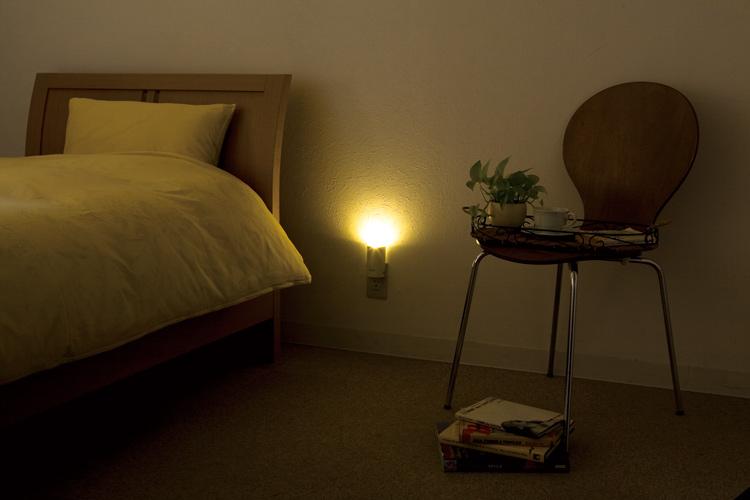 停電 自動点灯 ピオマここだよライト S UGL3-W防災グッズ フットライト LED  足元灯 センサーライト 足元 ライト 充電式 非常灯 足元ライト