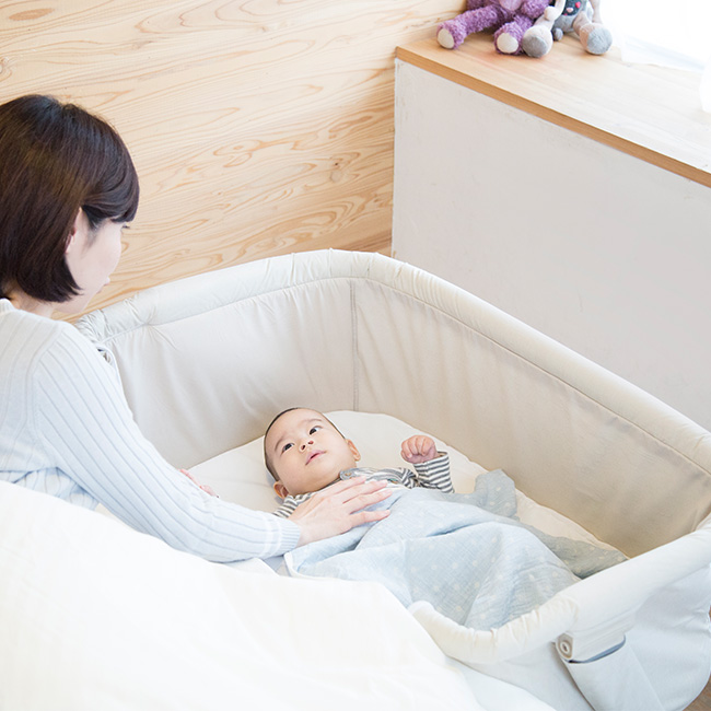 ◎KATOJI カトージ ベッドサイドベッド Soine ベージュ 63612[折りたたみできるハイタイプのベビーベッド ミニ 大人ベッドに設置可能 添い寝ができる おすすめのベッド 赤ちゃんとそいねできるベビー寝具 おりたたみ&持ち運び可能]
