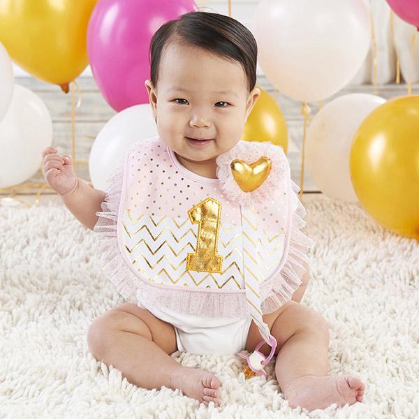 【期間限定☆送料無料】【10%年末特別割引】 ベビーアスペン 女の子用ゴールド 1st Birthdayスタイxゴールドハートおしゃぶりクリップ2点セット(ギフトボックス入り) よだれかけ baby aspen