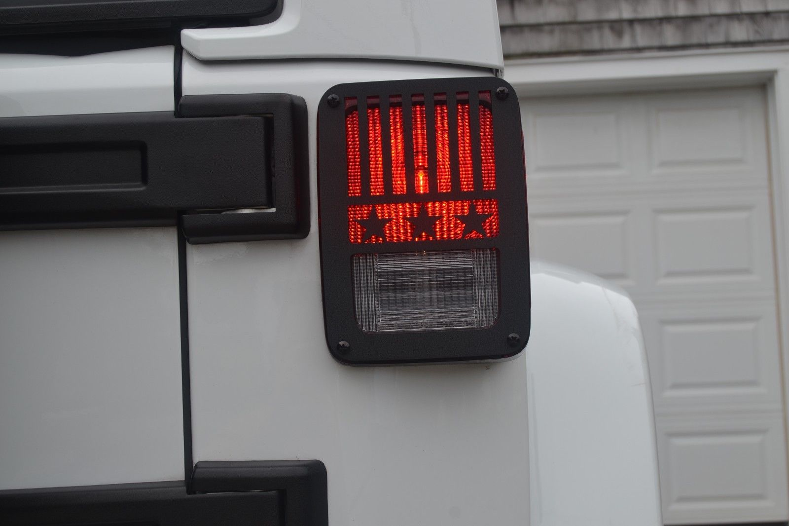 US ライトガード プロテクター JT14-Bジープは星と縞を微調整するテールライトガードジープラングラーJK 07-16 JT14-B Jeep Tweaks Stars And Stripes Tail Light Guards Jeep Wrangler JK 07-16
