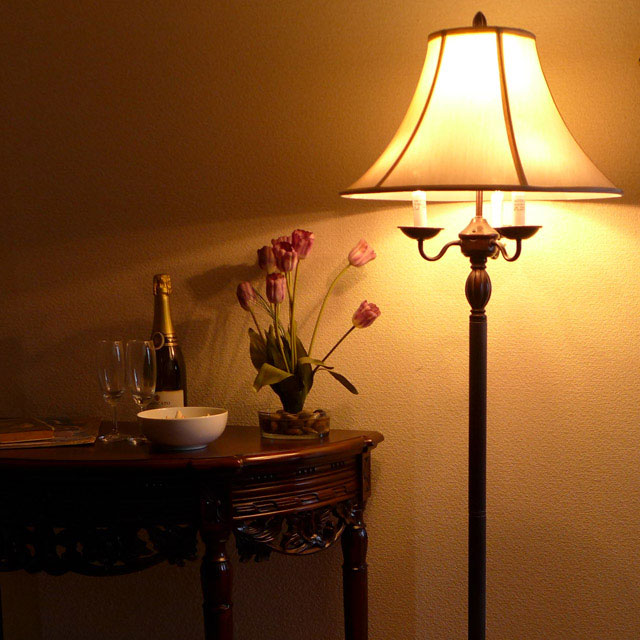 輸入家具 アウトレット アメリカ 保証 アンティーク風 ブランド 家具 アンティーク ランプ 4灯 ライト スタンドライト ベッドランプ フロアライト スタンドランプ フロアランプ LED CAL lighting 照明 シェード クラシック フロアスタンドライト おしゃれ アンティーク調 581-6WY 高級 寝室 アメリカン 推奨 テイスト