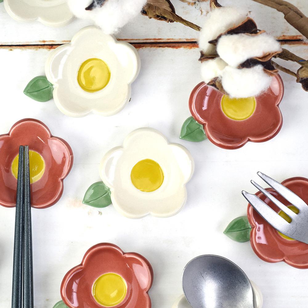 1つ1つがハンドメイド 温かみのある食卓のアクセントスーパーSALE ポイント5倍 クーポン配布中 50%OFF 箸置き 椿 つばき 美濃焼 手作り 日本限定 2種類 陶器 食器 手びねり たたら作り かわいい おしゃれ 気質アップ