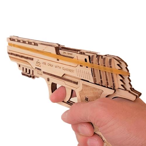 最大5発まで連射可能!最大射程は、約10mとパワフル ユーギアーズ 木製 組立ハンドガン - 輪ゴム ピストル ゴム鉄砲 連射 工作 自由工作 木工キット 射的 的当て おもちゃ 玩具 ゴム 鉄砲 お誕生日 プレゼント イベント UGEARS
